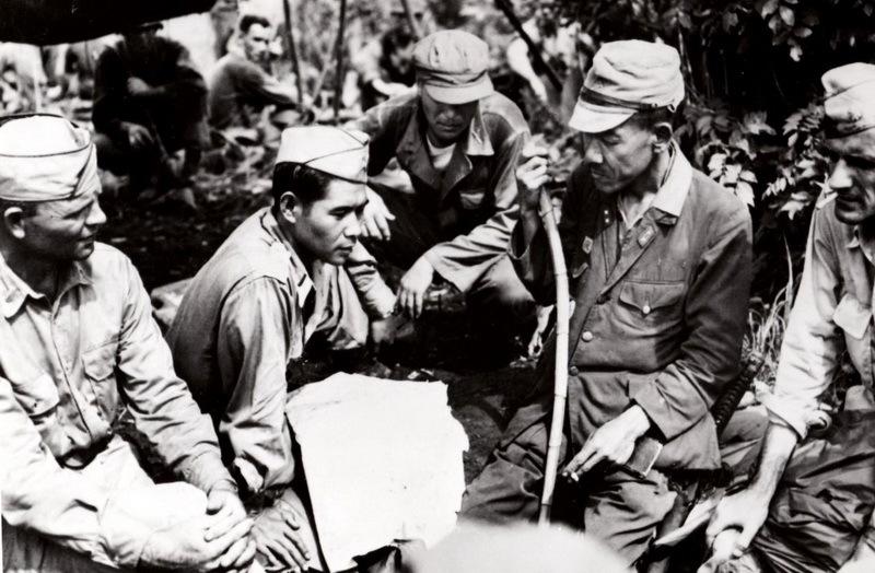 Лейтенант военной разведки Нейси ведёт переговоры о сдаче с японским генералом на Филиппинах, весна 1945 года.nvlchawaii.org