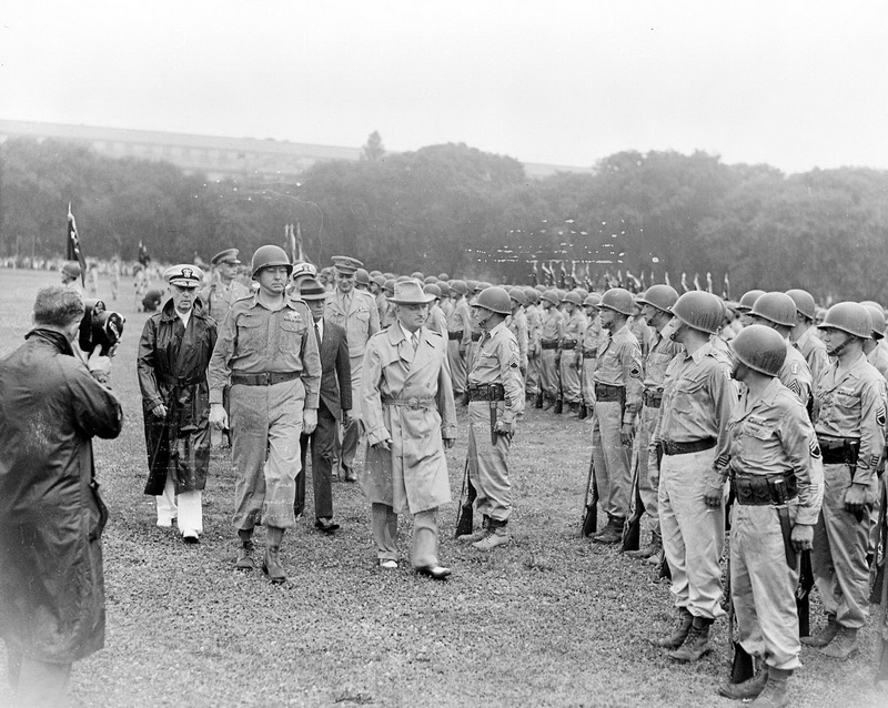Президент США Гарри Трумэн обходит строй 442-й полковой боевой группы, весна 1945 года.en.wikipedia.org