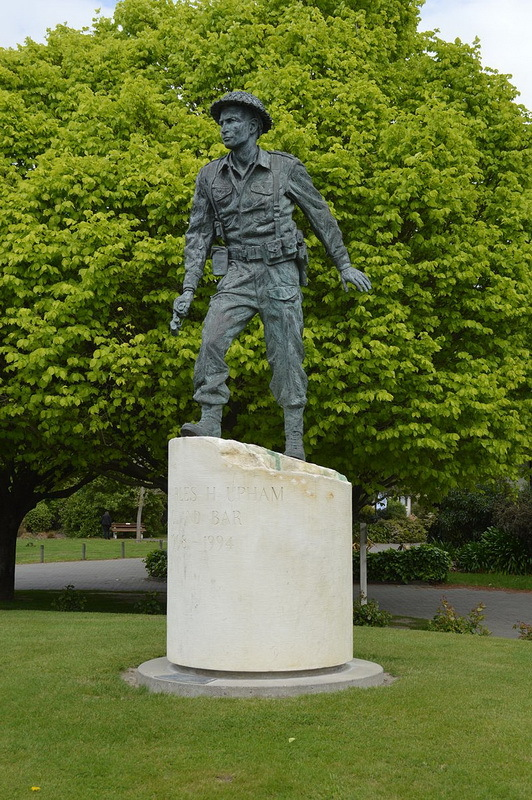 Памятник Чарльзу Апхэму в новозеландском городе Эмберли. en.wikipedia.org - Цифры Warspot: 2 раза  | Warspot.ru
