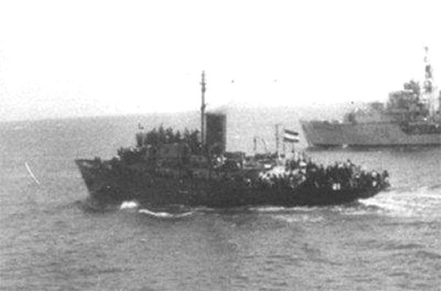 Английский эсминец «Чифтен» задерживает яхту «Ма'оз» с беженцами, 8 марта 1947 года navsource.org - Первый бой израильского флота | Warspot.ru