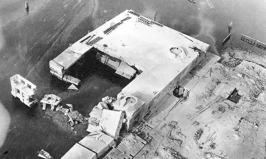 Разрушенный прямыми попаданиями бомб «Толлбой» бункер шнелльботов в Гавре - Шнелльботы против «Нептуна» | Warspot.ru