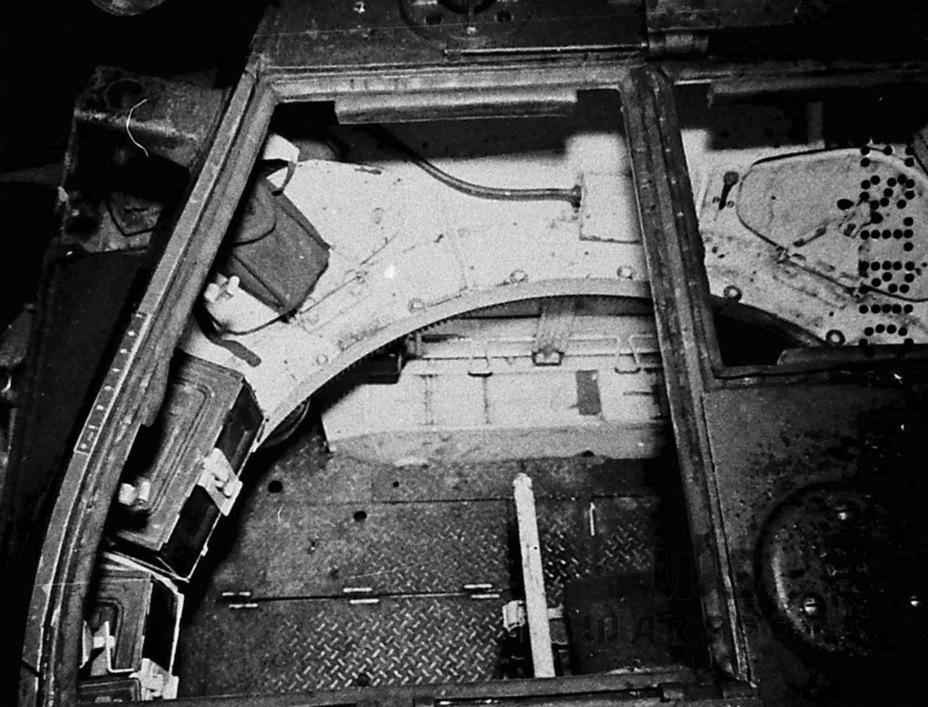 Первоначальный интерьер боевого отделения. Поначалу укладка боекомплекта была типовой для американских танков, но уже на серийных машинах её переделали - Лёгкий и долгоиграющий   Warspot.ru