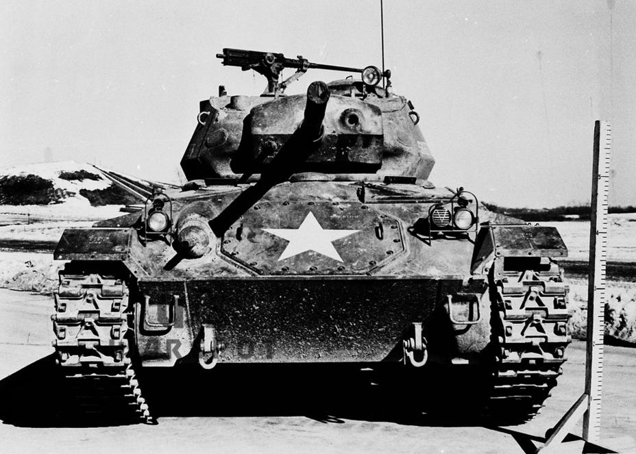 Ресурсные испытания серийного Light Tank M24, январь 1945 года. На верхней лобовой плите виден большой люк для выгрузки дифференциала, характерный для данного танка - Лёгкий и долгоиграющий   Warspot.ru