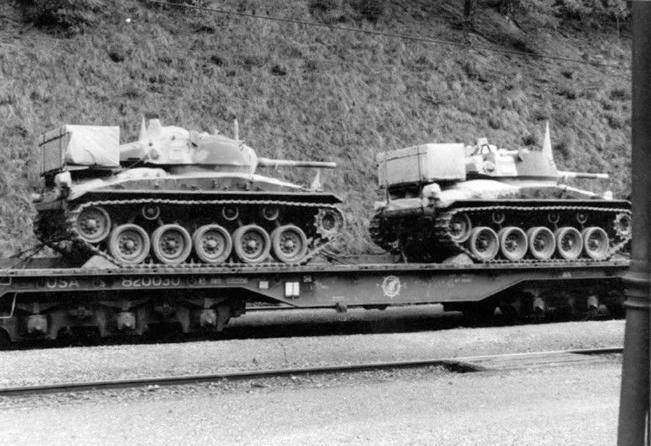 Транспортировка Light Tank M24 к месту погрузки. Машины имеют полную комплектацию по запасным частям — в таком виде их перевозили через океан - Лёгкий и долгоиграющий   Warspot.ru