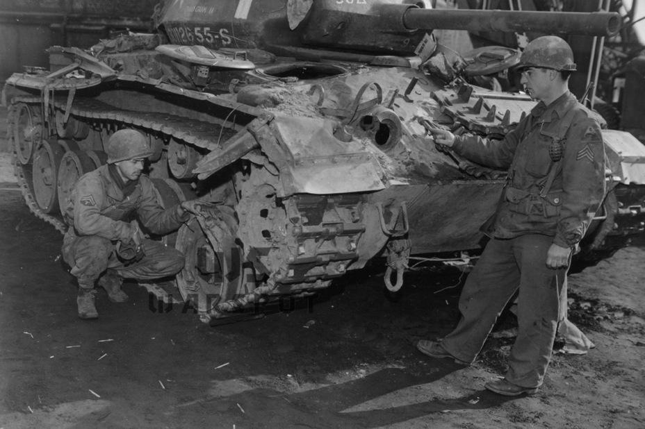Обратной стороной высокой подвижности была слабая броневая защита. Впрочем, большинство американских танков было ничуть не лучше с точки зрения защиты от немецкой противотанковой артиллерии и реактивных гранатомётов - Лёгкий и долгоиграющий   Warspot.ru