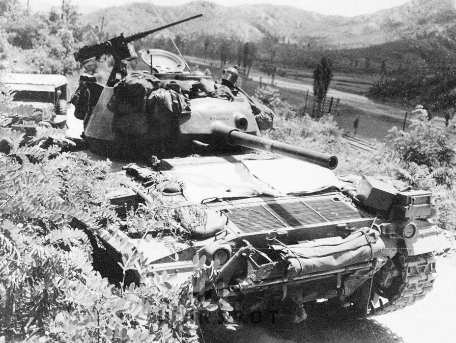 Модернизацию прошли не все танки. Этот танк, снятый в ходе войны в Корее, всё ещё имеет траки старого типа и «авиационную» пушку - Лёгкий и долгоиграющий   Warspot.ru
