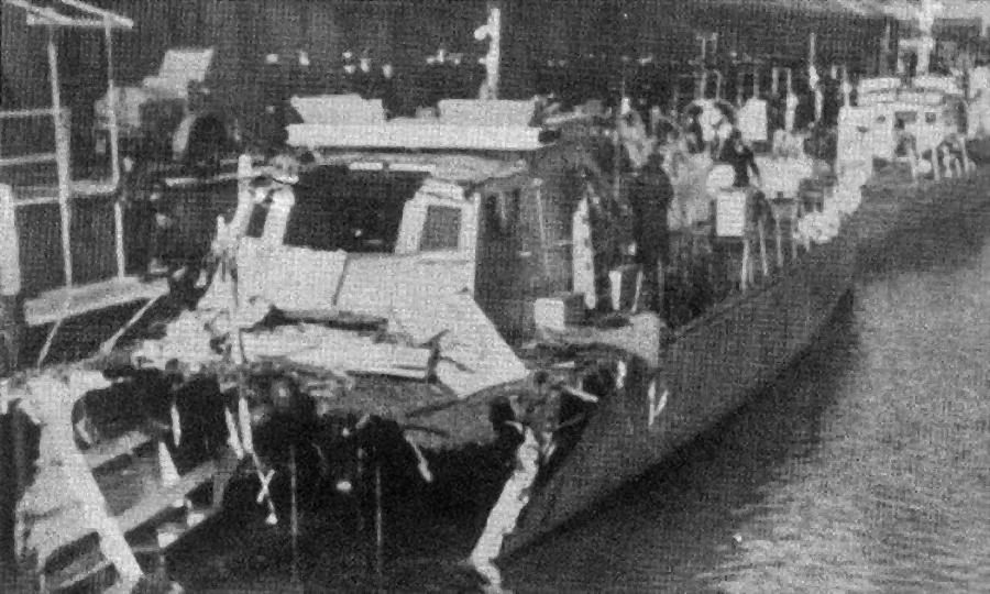 Катер ML-150 в гавани после столкновения с S-96 - Убийцы шнелльботов | Warspot.ru