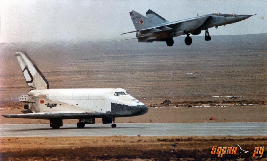 Посадка орбитального корабля «Буран» на взлётно-посадочную полосу Байконура, 15 ноября 1988 года buran.ru - Полёт «Бурана» | Warspot.ru