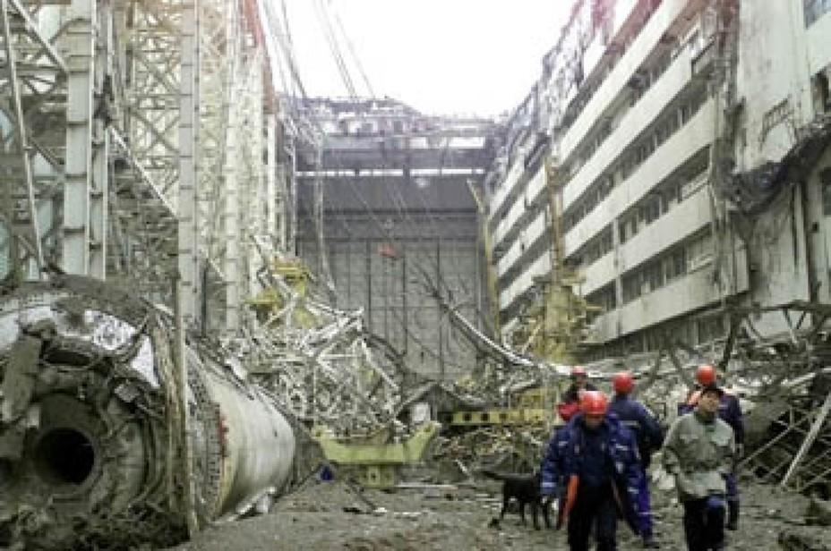 Спасатели работают на руинах Монтажно-испытательного корпуса, где хранился единственный летавший корабль «Буран» faz.net - Полёт «Бурана» | Warspot.ru