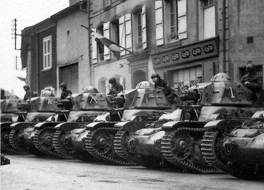 Renault R 35, во многом вынужденное возвращение к концепции Renault FT. Решение большой проблемы недостатка лёгких танков оказалось типично французским — путём запуска в серию сразу двух однотипных танков, к которым быстро добавился третий - Колосс на глиняных ногах | Warspot.ru