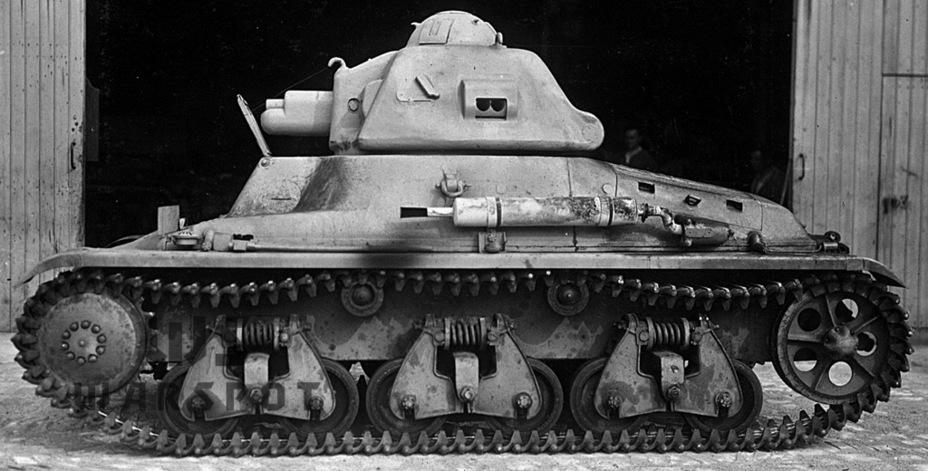 Hotchkiss H 35 стал лучшим индикатором ситуации во французском танкостроении. Изначально эта машина разрабатывалась для пехоты, но проиграла конкурс и оказалась востребована кавалерией. По иронии судьбы H 35 и H 39 наиболее массово применялись не кавалерией, а пехотой - Колосс на глиняных ногах | Warspot.ru