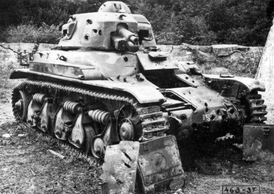 Обстрел «эталонного» Renault R 35 привёл к неожиданным результатам. Литая броня толщиной 40 мм оказалась пробита 37-мм бронебойными снарядами с дистанции около 300 м - Колосс на глиняных ногах | Warspot.ru