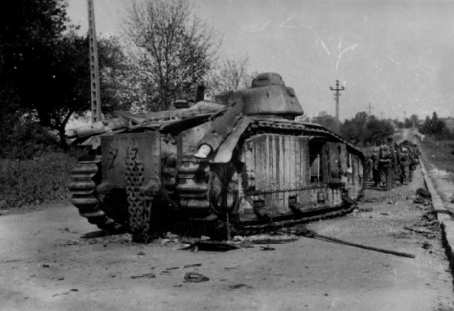 Вполне рядовая картина финала боевой карьеры Char B1 bis. Нередко машины подрывались собственными экипажами (впрочем, они гибли и от огня немецкой артиллерии) - Колосс на глиняных ногах | Warspot.ru