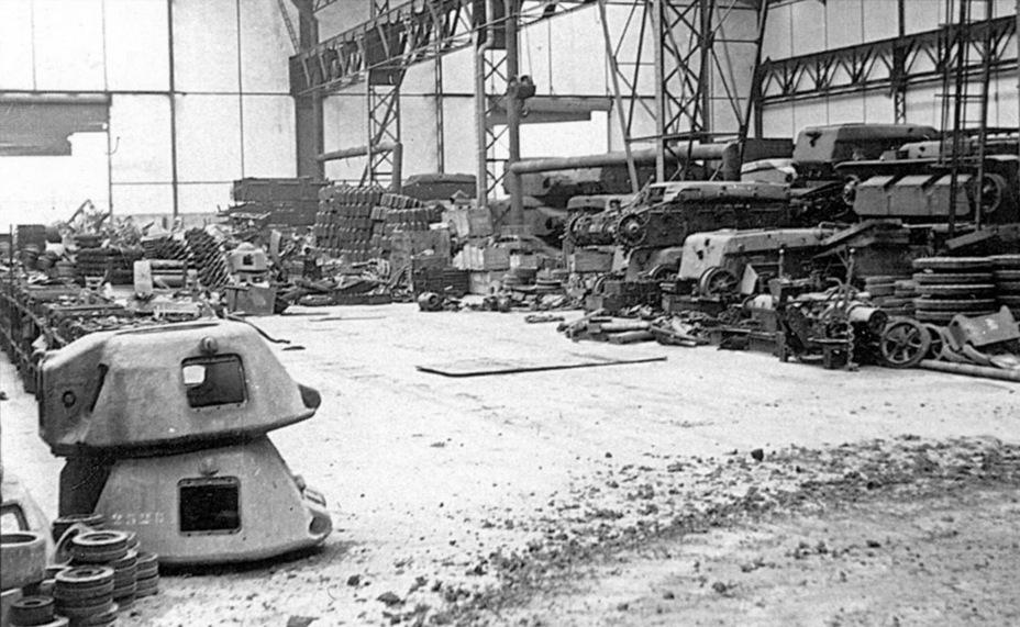 Завод AMX после его захвата немцами, июнь 1940 года. На тот момент там собирали Char B1 bis и Renault R 40 - Колосс на глиняных ногах | Warspot.ru