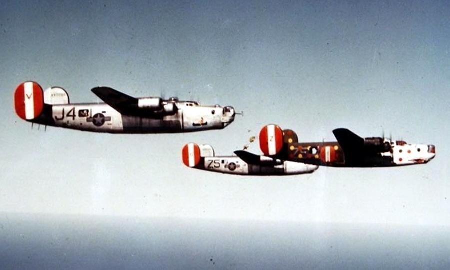 B-24H с серийным номером 41-28697 и именем «Мартышка с пятнистым задом» (Spotted Ass Ape) ведёт бомбардировщики 458-й бомбардировочной авиагруппы. Именно этот самолёт как минимум один раз отметился походом до цели и обратно. Передняя часть фюзеляжа и крыло выкрашены в белый цвет с красными и синими горошинами, на оставшейся в стандартном зелено-оливковом цвете хвостовой части разбросаны жёлтые и красные горошины. Красно-бело-красные шайбы вертикального оперения — отличительный признак 458 BG, на носу нанесена зубастая пасть - Весёлые картинки Warspot: козлы-провокаторы и горошек | Warspot.ru