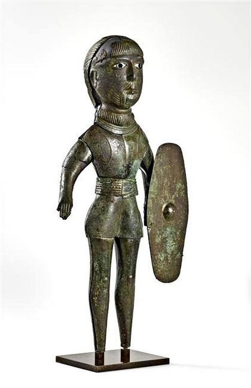 Галльская латунная статуэтка I века н.э. из Сен-Мор-ан-Шоссе, департамент Уаза (Франция). Статуэтка изображает галльского воина, облачённого в доспехи, с талией, затянутой широким поясом, и со щитом. Он носит причёску с длинной чёлкой, бороду и длинные вислые усы, как это было в обычаях знатных галлов. art.rmngp.fr - Чужеземцы в римской армии   Warspot.ru
