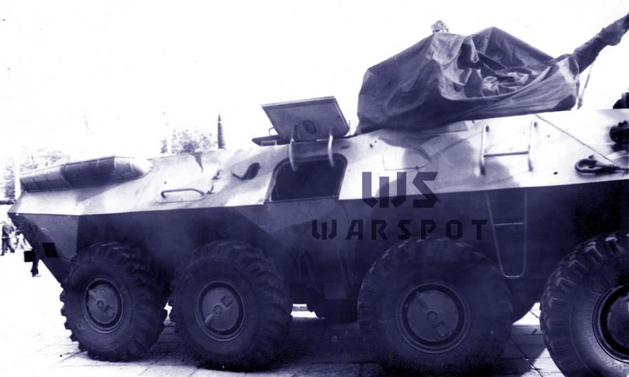Первый опытный образец БТР-90 на выставке в Нижнем Новгороде, 1994 год. Вид на правый борт. Верхняя часть десантного люка открыта, как и бойница за ним - «Росток», не пробивший асфальт | Warspot.ru
