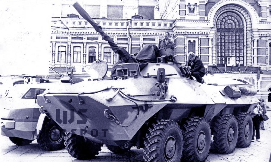 Первый опытный образец БТР-90 на выставке в Нижнем Новгороде, 1994 год. Машина готовится к отъезду: башня и пушка зачехлены, перед рабочим местом механика-водителя установлен колпак для движения на марше - «Росток», не пробивший асфальт | Warspot.ru