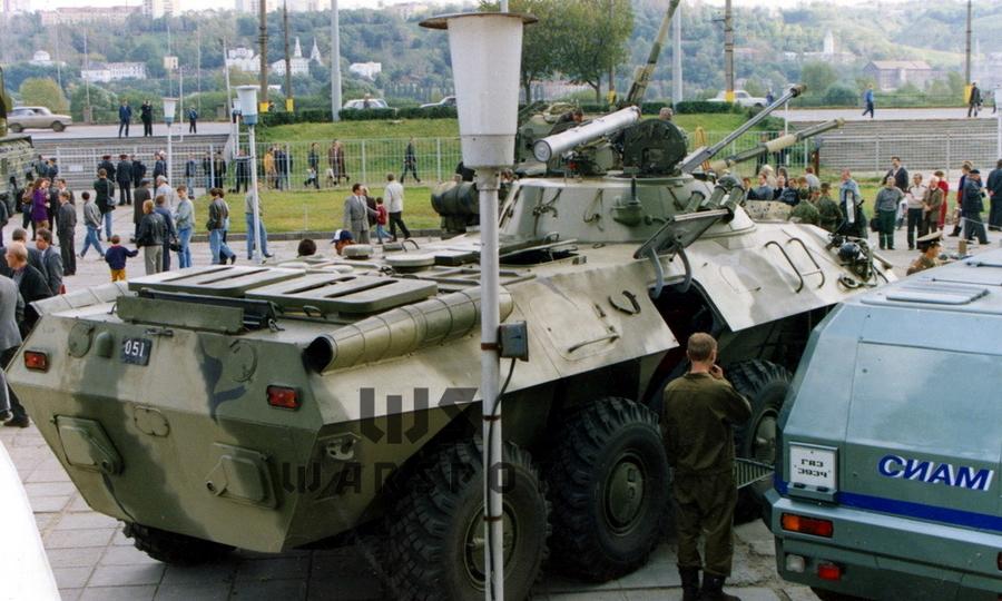 Первый опытный образец БТР-90 на выставке в Нижнем Новгороде, 1994 год. Крыша моторного отсека конструктивно схожа с применяемой на БТР-80. Выхлопные трубы размещены в кожухах, створки системы охлаждения открыты - «Росток», не пробивший асфальт | Warspot.ru