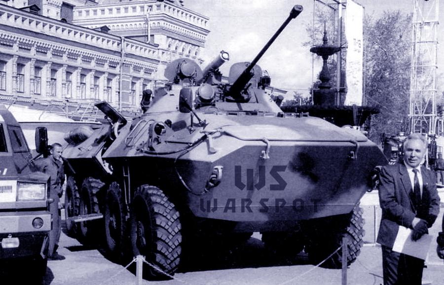 Первый опытный образец БТР-90 на выставке в Нижнем Новгороде, 1994 год. Хорошо видна башня с комплексом вооружения от БМП-2. Справа стоит главный конструктор бронетранспортёра А.Г. Масягин - «Росток», не пробивший асфальт | Warspot.ru