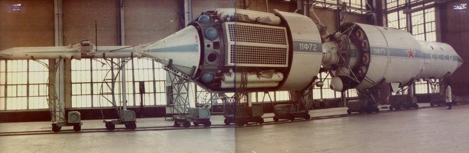 Орбитальная станция «Алмаз» (11Ф71) с транспортным кораблём снабжения ТКС (11Ф72) в заводском цехе. Фото из архива КБ «Салют» (ГКНПЦ им. М. В. Хруничева) - «Алмазный» корабль   Warspot.ru