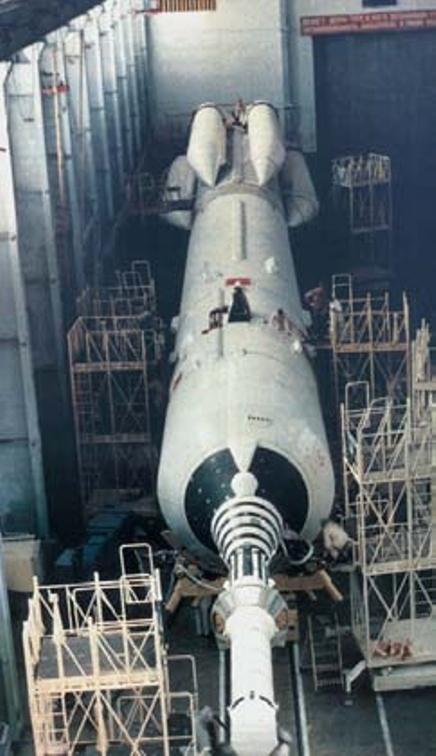 Испытательная ракетно-космическая система 82ЛБ72 в Монтажно-испытательном корпусе космодрома Байконур. Фото из архива НПО машиностроения - «Алмазный» корабль   Warspot.ru