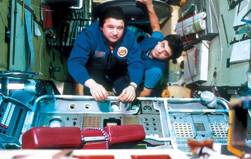 Космонавты Л.Д. Кизим и В.А. Соловьёв на борту орбитальной станции «Салют-7». Фото из архива журнала «Новости космонавтики» - «Алмазный» корабль   Warspot.ru