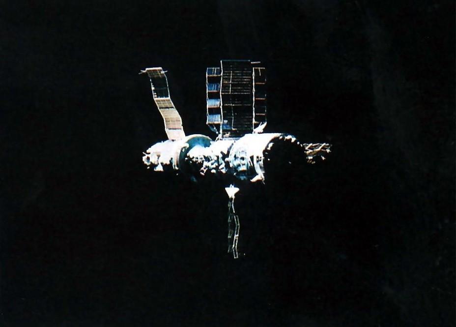 Орбитальная станция «Салют-7» с модулем ТКС-М («Космос-1686»); фотоснимок сделан с борта корабля «Союз Т-15» spacefacts.de - «Алмазный» корабль   Warspot.ru