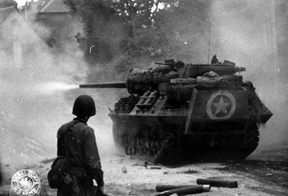 Данные машины часто использовались как средства поддержки пехоты в уличных боях. Как можно заметить, крепления для экранов использовались как отличное средство для навешивания солдатского скарба - Средний истребитель по-американски | Warspot.ru