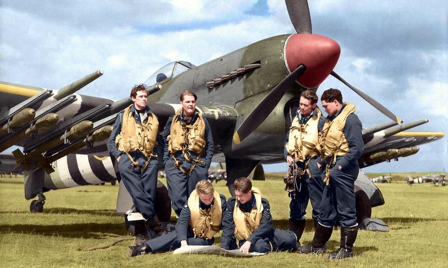 Лётчики 198-й эскадрильи Королевских ВВС Великобритании у одного из «Тайфунов» своего подразделения, лето 1944 года. Вооружённые четырьмя 20-мм пушками, а также ракетами и бомбами, эти машины были грозными противниками прибрежного судоходства немцев - «Мюнстерланд»: трудная мишень | Warspot.ru