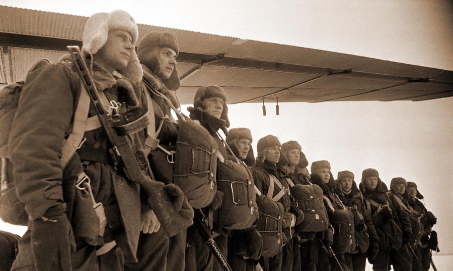 Советские десантники под крылом бомбардировщика ТБ-3 - Warspot о наградах: бомбардировщик-истребитель   Warspot.ru