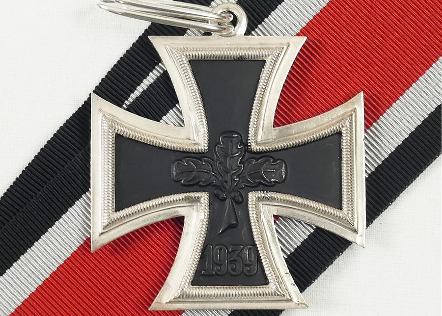 Внешне Рыцарский крест был подобен Железному кресту и имел размеры 44×44 мм, однако изготавливался из серебра 800-й пробы. Носилась награда на шейной ленте красного цвета с двумя серебристо-белыми и черными полосами по краям. В послевоенной ФРГ было разрешено ношение денацифицированного Рыцарского креста, у которого свастика в центре была прикрыта благочинными дубовыми листьями — именно такой показан на фото - Warspot о наградах: бомбардировщик-истребитель   Warspot.ru