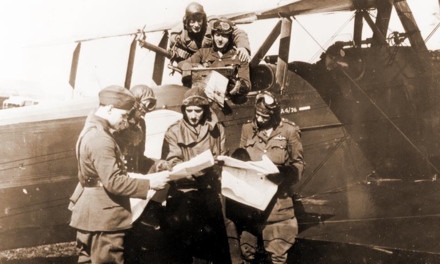 Экипажи британских самолётов-разведчиков за изучением полётных карт - Глаза и уши западного фронта   Warspot.ru