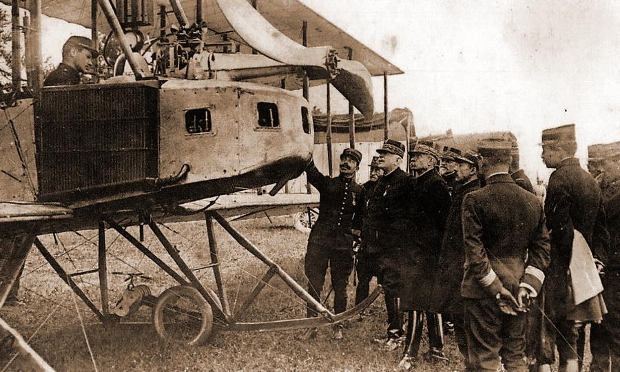 Генералу Жозефу Жоффру показывают радиофицированный самолет - Глаза и уши западного фронта   Warspot.ru