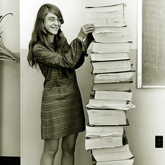 ?Знаменитый снимок: программист Маргарет Гамильтон и расчёты её команды, выполненные для космической программы «Аполлон» - Кибернетика на армейской службе | Warspot.ru
