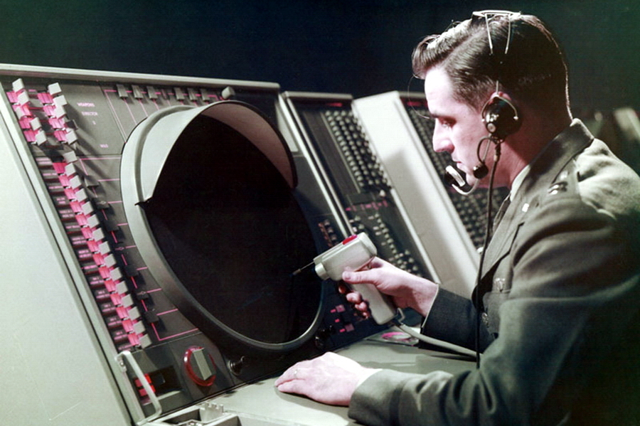 ?Оператор системы SAGE за работой - Кибернетика на армейской службе | Warspot.ru