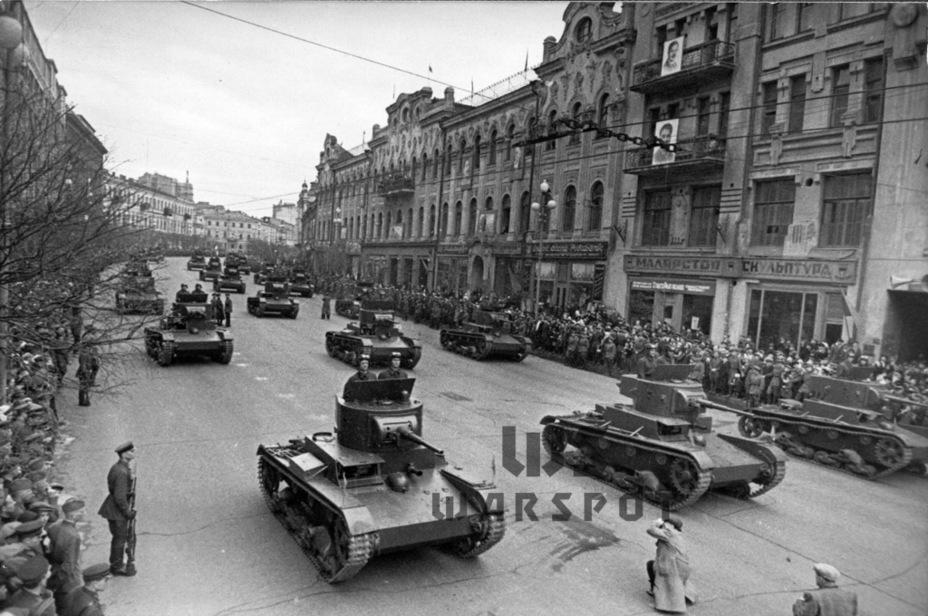 Наиболее массовым типом танка Красной армии на начало Великой Отечественной войны был Т-26 (9987 штук на 1 января 1941 года). При этом часть танков требовала ремонта, а часть являлись двухбашенными Т-26, которые собирались переделывать в САУ. Одним словом, гигантская цифра является таковой лишь на бумаге - Теория бронетанковых заблуждений: первые годы Великой Отечественной | Warspot.ru