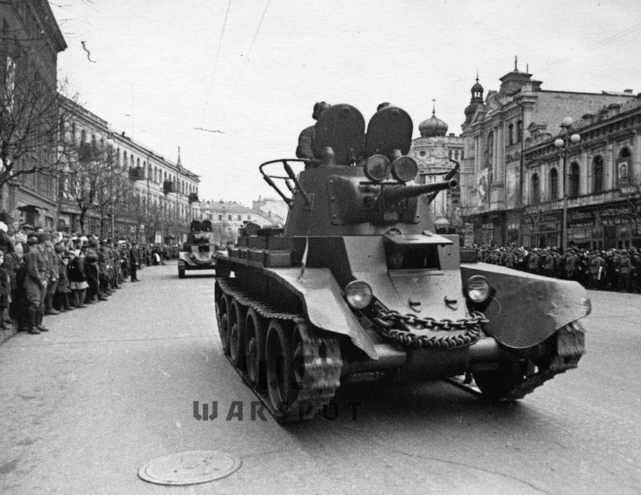 Похожая ситуация сложилась и с БТ. На 1 января 1941 года имелось 7752 танков семейства БТ, но, как и в случае с Т-26, эта цифра отражала лишь общее количество. На самом деле часть танков находилась в других округах, включая Дальний Восток, а часть являлась машинами устаревшего типа (БТ-2). Как и Т-26, эти танки имели противопульную броню, которая поражалась не только танковыми орудиями, но и 20-мм автоматическими зенитными пушками - Теория бронетанковых заблуждений: первые годы Великой Отечественной | Warspot.ru