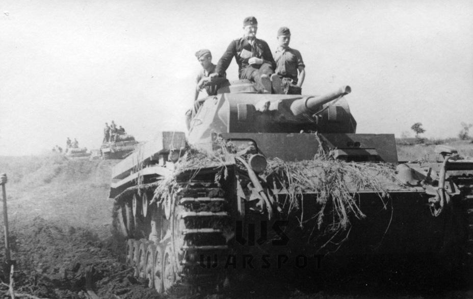 Типовыми немецкими танками летом 1941 года были пушечные боевые машины. Они превосходили БТ и Т-26 по огневой мощи и броневой защите, а версии Pz.Kpfw.III, вооружённые 50-мм пушками, могли сражаться и против Т-34. При этом немецкие танки превосходили советские по обзорности, что было явным плюсом, в том числе при атаке позиций, насыщенных артиллерией. Именно артиллерия являлась главным противником танков - Теория бронетанковых заблуждений: первые годы Великой Отечественной | Warspot.ru