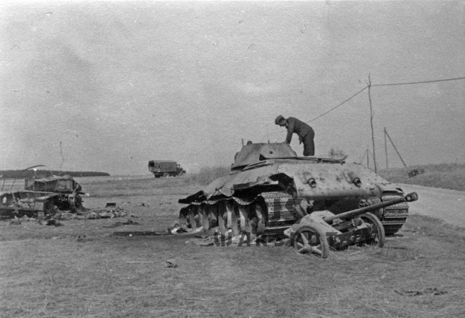 Самым опасным противником Т-34 в 1941 году была 50-мм противотанковая пушка Pak 38. На шоссе Немиров-Магеров Т-34 вышел победителем в поединке с этой пушкой, но стал жертвой огня гаубицы leFh 18 - Теория бронетанковых заблуждений: первые годы Великой Отечественной | Warspot.ru
