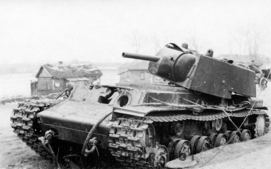 В случае с КВ-1 их противниками часто становились немецкие зенитные пушки Flak 18. Немецкая зенитка поражала советский тяжёлый танк на средних и дальних дистанциях - Теория бронетанковых заблуждений: первые годы Великой Отечественной | Warspot.ru