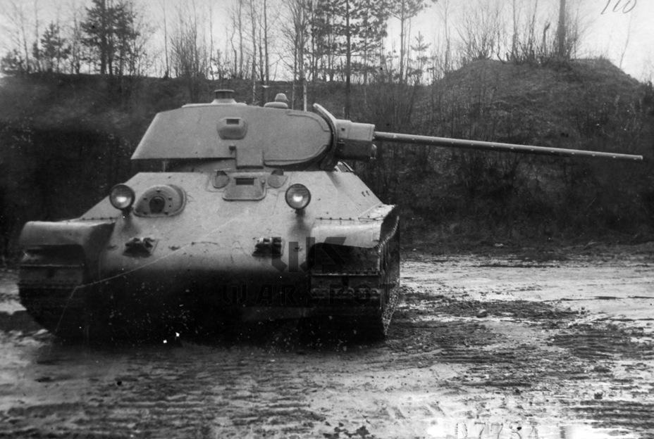 Первый опытный образец ЗИС-4 на испытаниях. Нередко можно видеть фотографии другого танка с такой же пушкой. На самом деле это ретушь одной из фотографий танка, на котором испытывался опытный образец 76-мм пушки Ф-34 - Теория бронетанковых заблуждений: первые годы Великой Отечественной | Warspot.ru