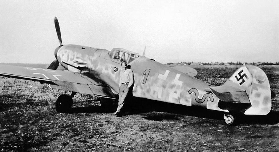 Эрих Хартман у своего «Мессершмитта» Bf 109G-6 - Хартман над Яссами: фантазии в погоне за «мечами» | Warspot.ru