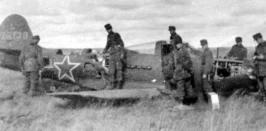 Немецкие солдаты изучают брошенную на месте вынужденной посадки «Аэрокобру» - Хартман над Яссами: фантазии в погоне за «мечами» | Warspot.ru