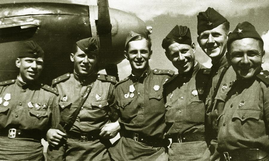 Лётчики 9-го гв.иап на фоне Як-1, июнь-июль 1943 года. В центре старший лейтенант Евгений Дранищев - «Эксперт за сотню» в обмен на двух Героев | Warspot.ru