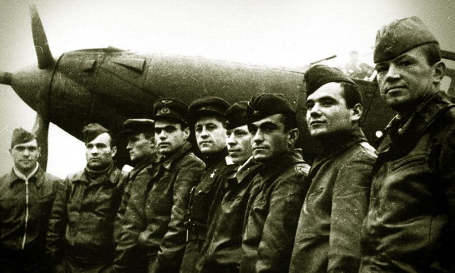 Лётчики 9-го гв.иап на фоне полковой «Аэрокобры». На девятерых приходится 13 «Золотых Звёзд» — в кадре пять Героев и четыре дважды Героя! - «Эксперт за сотню» в обмен на двух Героев | Warspot.ru