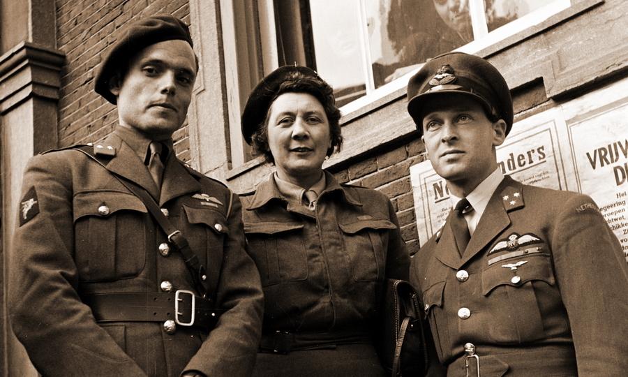 Эрик Хазельхофф Рульфзема (справа) в числе сопровождающих королевской семьи Нидерландов, весна 1945 года - Warspot о наградах: серебряный крест «Оранжевого солдата» | Warspot.ru