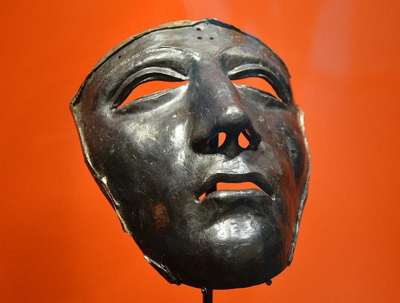 Посеребрённая маска римского кавалерийского шлема, найденная у подножия Калькризе, сегодня является одним из символов этого места. commons.wikimedia.org - Губитель легионов    Warspot.ru