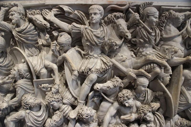 Саркофаг Лудовизи, принадлежавший умершему от болезни в ноябре 251 года императору Гостилиану. Палаццо Альтемпс, Рим.commons.wikimedia.org