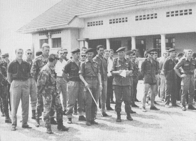 Первые добровольцы «Коммандо 5» после получения униформы. В центре с белым листом в руках стоит Зигфрид Мюллерindependent-africa.ru